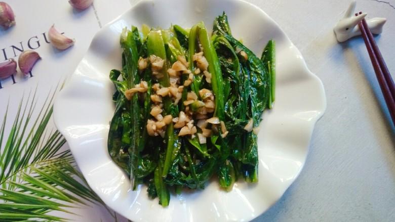 蒜蓉油麦菜,出锅装盘,一道简单美味的蒜蓉油麦菜就做好了。