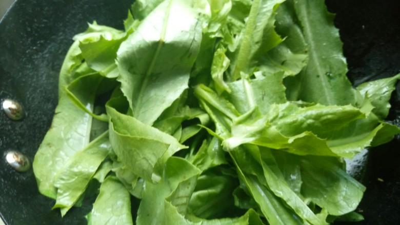 蒜蓉油麦菜,用铲子翻炒到油麦菜变软。
