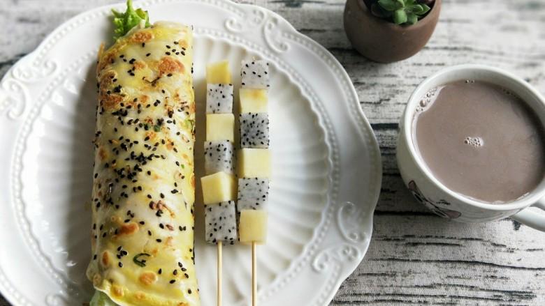 鸡蛋生菜卷饼+水果串+核桃芝麻糊营养早餐,打好的核桃芝麻糊加一点冰糖调味,倒上一杯就可以美美的享用早餐了,美味又营养!