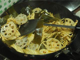 凉拌菜,开火,将处理好的食材全部都倒进去,翻拌均匀