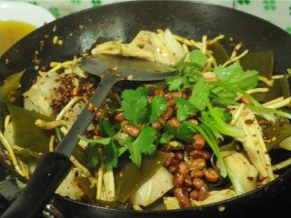 凉拌菜,出锅的时候将花生米倒进去,撒入少许香菜即可