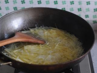 柠檬茄汁土豆丝,将土豆丝放进去汆烫两分钟,立刻捞出来泡在凉水里