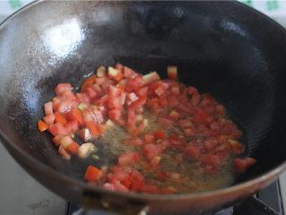 柠檬茄汁土豆丝,油锅烧热,将西红柿丁炒至汁水析出