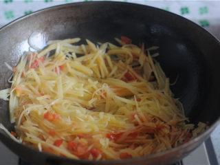 柠檬茄汁土豆丝,汆烫好的土豆丝放进去,翻炒一分钟