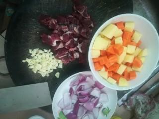 简易咖喱,牛肉切小块,软切碎