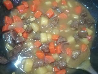 简易咖喱,煮饭汤汁浓稠,土豆的棱角变圆就好了,关火。