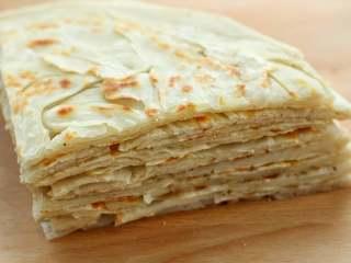 家常椒盐饼,吃的时候直接食用或者用刀切成小块都可以