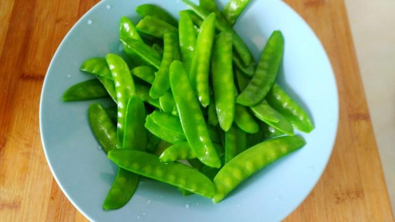 蒜蓉 荷兰豆,捞出过凉,装盘备用