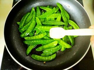 蒜蓉 荷兰豆,加入盐翻炒均匀