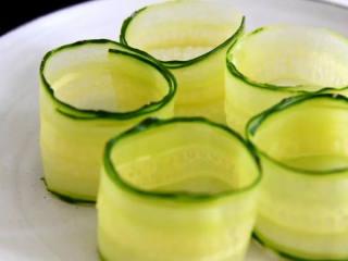 好吃又好看的黄瓜色拉卷,一学就会,还不快来试试,卷起呈圆筒状。