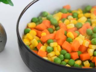好吃又好看的黄瓜色拉卷,一学就会,还不快来试试,蔬菜粒开水焯熟,捞出备用。