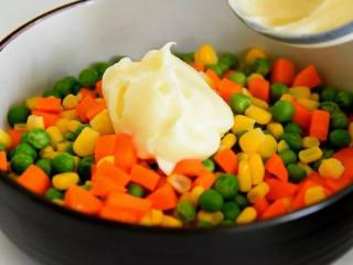好吃又好看的黄瓜色拉卷,一学就会,还不快来试试,往蔬菜粒里倒入色拉酱。