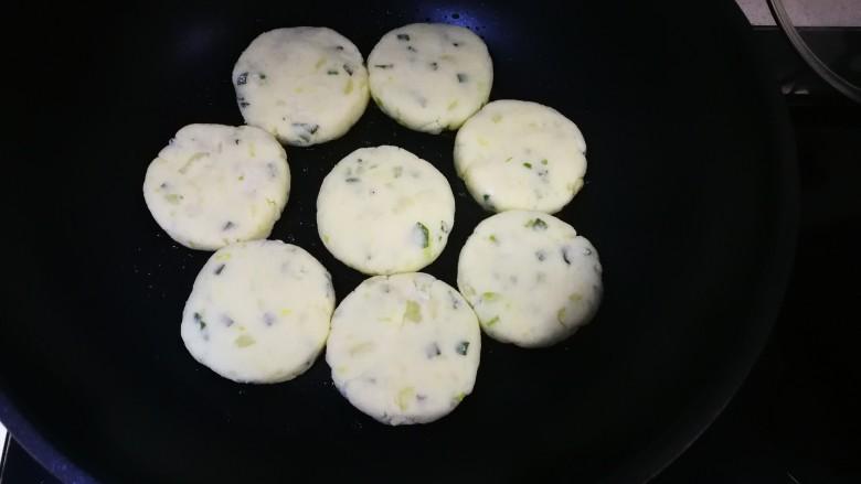 飘香土豆饼,油温6成热,放入土豆饼