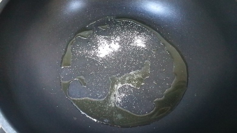 飘香土豆饼,锅内下油,放入少许盐