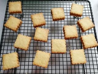椰蓉芝士夹心饼干,烤好的饼干出炉彻底晾凉