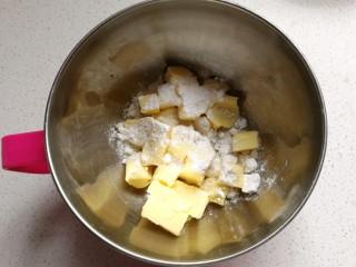 椰蓉芝士夹心饼干,黄油室温软化后加入糖粉