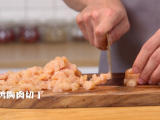 蔬菜鸡肉卷,将鸡胸肉切丁