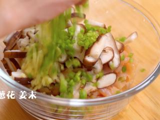 蔬菜鸡肉卷,将肉丁、葱末和香菇片放到碗中