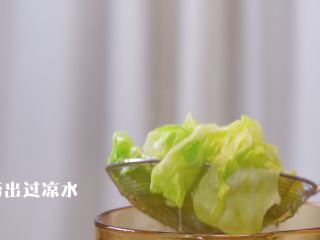 蔬菜鸡肉卷,将卷心菜叶子放热水里焯熟,然后捞出过凉水