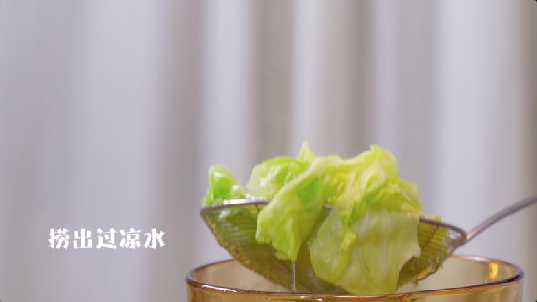 蔬菜鸡肉卷,将<a style='color:red;display:inline-block;' href='/shicai/ 3508'>卷心菜</a>叶子放热水里焯熟,然后捞出过凉水