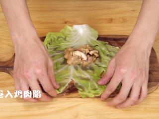 蔬菜鸡肉卷,在卷心菜里包入刚腌制的鸡肉馅儿