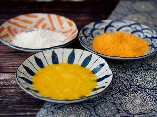 黄金猪排,鸡蛋打散,淀粉和面包糠倒入盘中备用