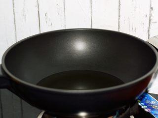 黄金猪排,锅中倒入适量的食用油,烧至6-7成热时