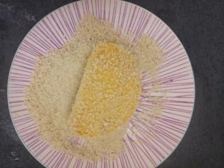 黄金煎馒头片,然后把沾满鸡蛋液的馒头片放进去
