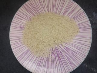 黄金煎馒头片,准备一些面包糠,放一个盘子里