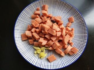火腿肠炒豌豆,火腿肠,生姜切丁。