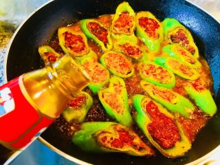 青椒酿肉,加蚝油适量