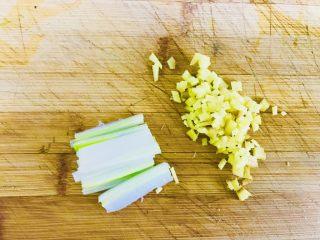 青椒酿肉,首先把葱姜切末