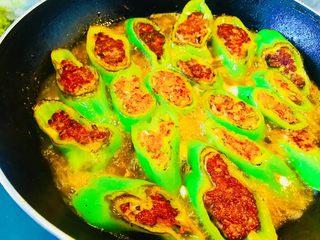 青椒酿肉,两面煎黄定型后 再往锅里加一碗清水