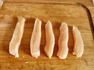 香煎鸡胸肉,鸡胸肉切成小细条