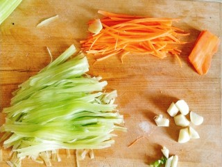 香煎鸡胸肉,莴笋切细丝,蒜切块