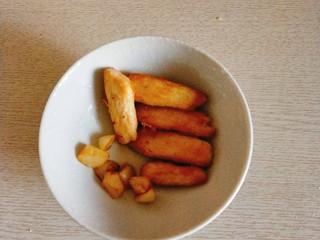 香煎鸡胸肉,大蒜和鸡肉条都取出备用