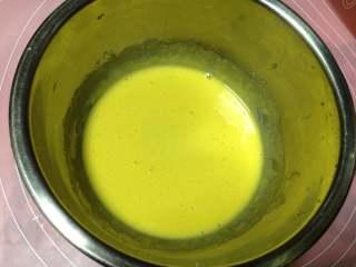 德国方形面包,发酵期间来做卡仕达酱:混合蛋黄和糖搅打至白糖融化