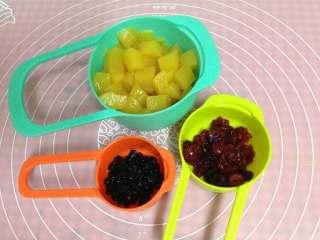 德国方形面包,蔓越莓干和蓝莓干用少许朗姆酒浸泡30分钟,糖水黄桃切小块备用