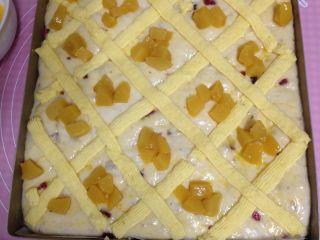 德国方形面包,放上糖水黄桃(烤箱190度预热)