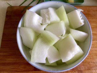 夏日消暑靓汤➕冬瓜海带排骨汤,切去冬瓜瓤,切成一公分厚的冬瓜小块