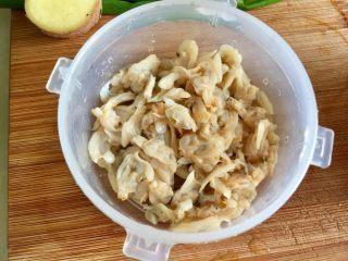夏日消暑靓汤➕冬瓜海带排骨汤,泡发好的蛤蜊干去除黑色的小包包,那是肠胃,里面有沙。去除后,再把蛤蜊肉淘洗干净