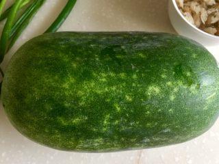 夏日消暑靓汤➕冬瓜海带排骨汤,今天买了一个小冬瓜,圆不隆咚的,好可爱😛