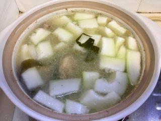 夏日消暑靓汤➕冬瓜海带排骨汤,煮开再小火炖10至15分钟到冬瓜半透明