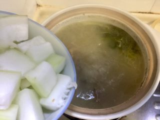 夏日消暑靓汤➕冬瓜海带排骨汤,放入冬瓜块