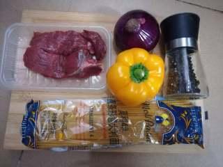 黑椒牛柳意面,例牌的全家福,主材料都齐了,但是这次因为用的调味料太多,懒得都放上去
