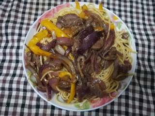 黑椒牛柳意面,将意面倒进锅内和牛肉翻炒下盛出到漂亮的碟子内(╯-_-)╯╧╧