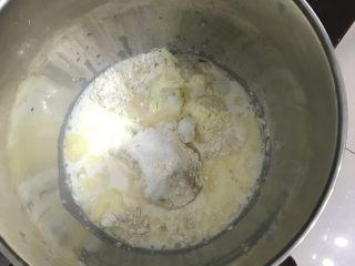 蛋黄豆沙小餐包,把所有食材一起放入厨师机桶里