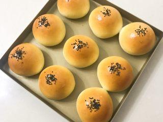 蛋黄豆沙小餐包,出炉后移至晾网上凉至手温密封保存。