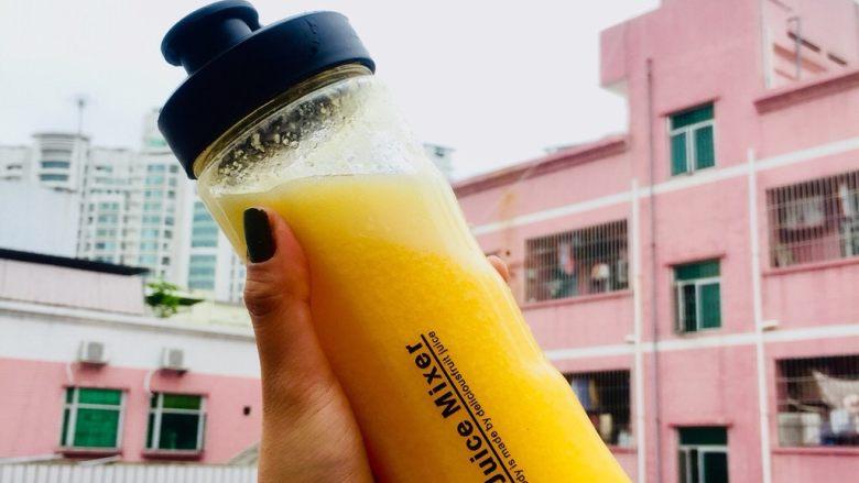 鲜榨鲜橙汁,如此简单的配料就榨好啦~实在不知道要怎么分解步骤,因为实在太简单了,一步相信大家就可以学的会呢~但是太美味了又忍不住分享。