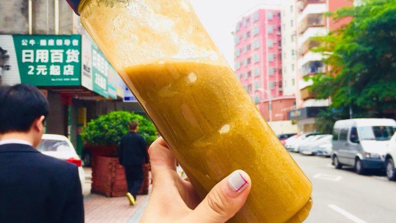 鲜榨鲜橙汁,奇异果雪梨汁。